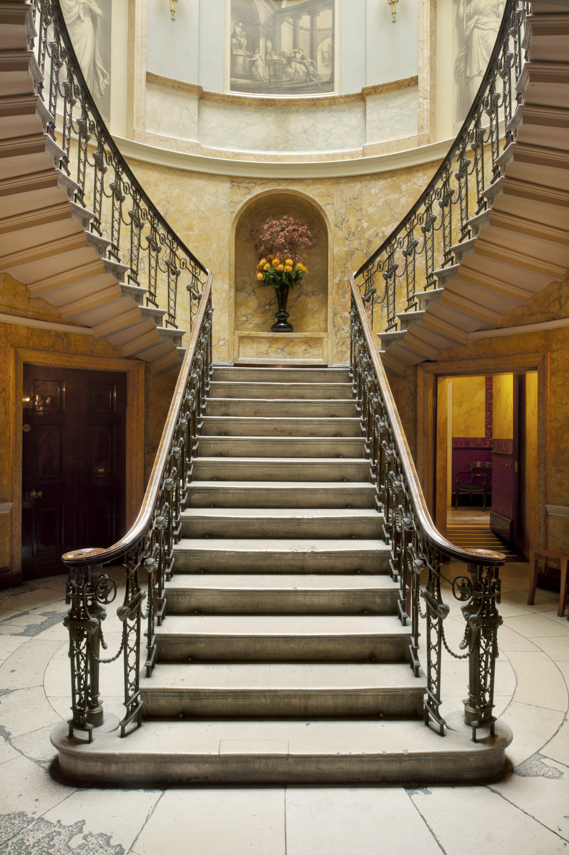 With its dramatic staircase, Home House promises beautiful wedding photos.