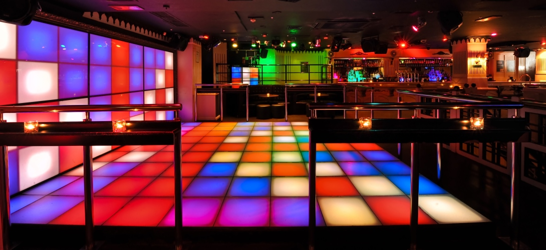 This large venue has a 70s-style flashing dance floor.